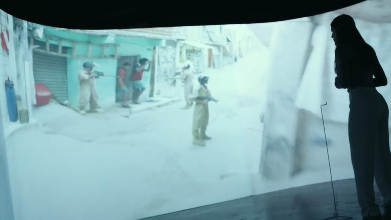 Cássia controla a ação policial através de um complexo sistema de câmeras.