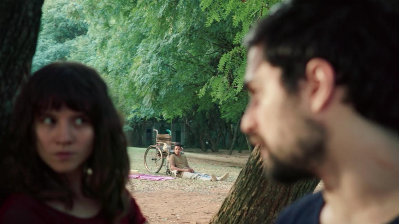 Michele e Rafael conversam escondidos de Fernando.