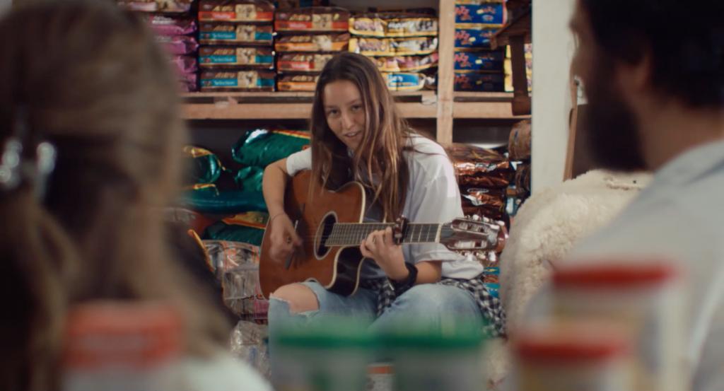 Ana apresenta sua canção para os pais.