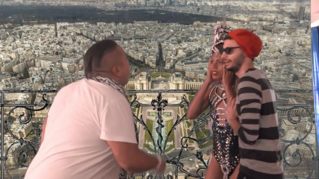 O atrack no topo da Torre Eiffel